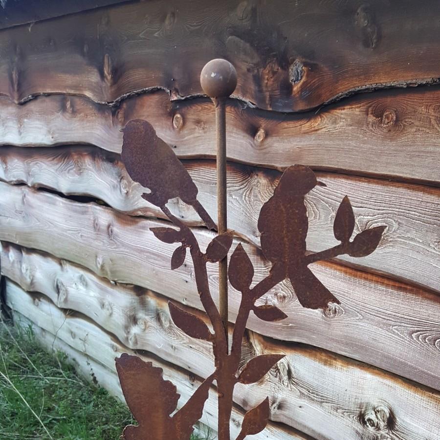 Sept oiseaux sur branche à piquer