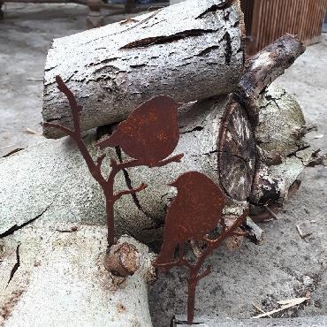 Petit oiseau mésange debout sur branche avec pique en fer rouillé