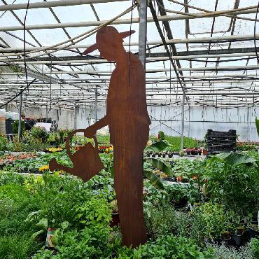 Jardinier qui arrose H175cm à piquer en fer rouillé