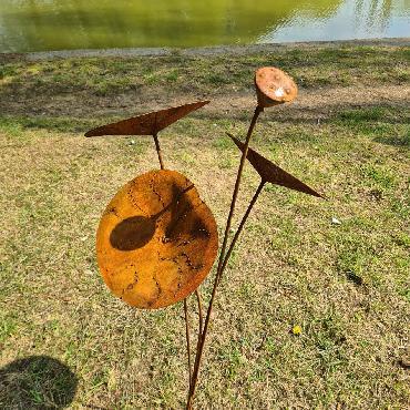 Petit lotus H98cm à piquer en fer rouillé
