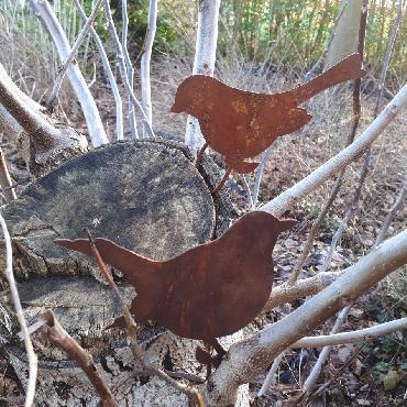 Oiseau bouvreuil assis avec tige de fixation en fer rouillé