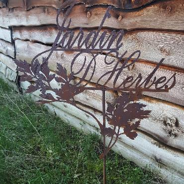 Jardin d'herbes à piquer en fer rouillé
