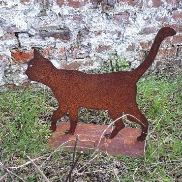 Chat qui se promène à poser en fer rouillé