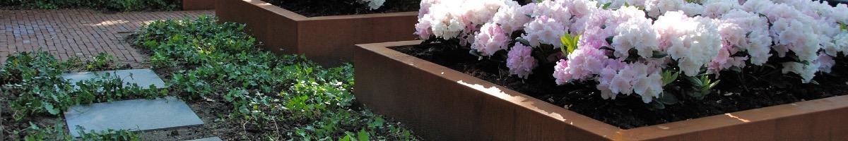Objets de décoration en acier corten tendance au jardin.