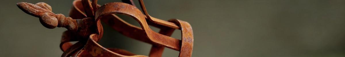 Objets de décoration en fer rouillé et acier corten tendance au jardin.